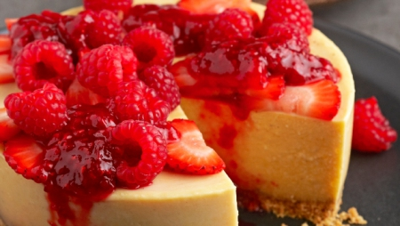 No-Bake Isijingi Cheesecake with Raspberry Compote, paired with Nederburg Winemaster's Reserve Special Late Harvest