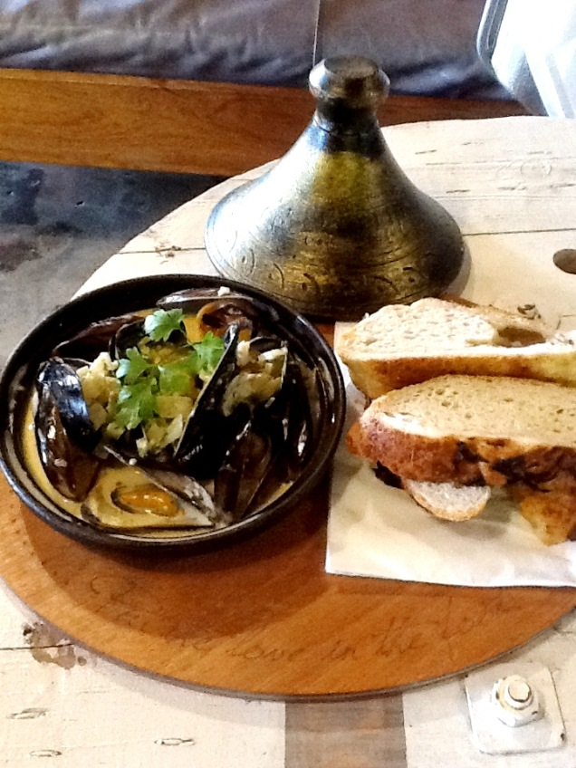 Mussels served with fresh bread